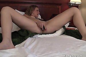 Yanks MILF Josie Toys Her Snatch