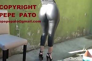Sen_ora en calzas negras engomadas