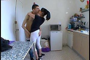 Mom femme stun a baiser dans sa cuisine !