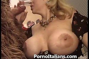 Italian porn engage in high jinks - porno comico italiano matura scopa gorilla