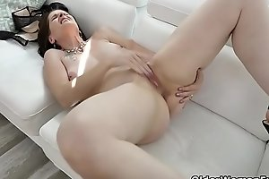 American milf Christina gives her fur pie a workout